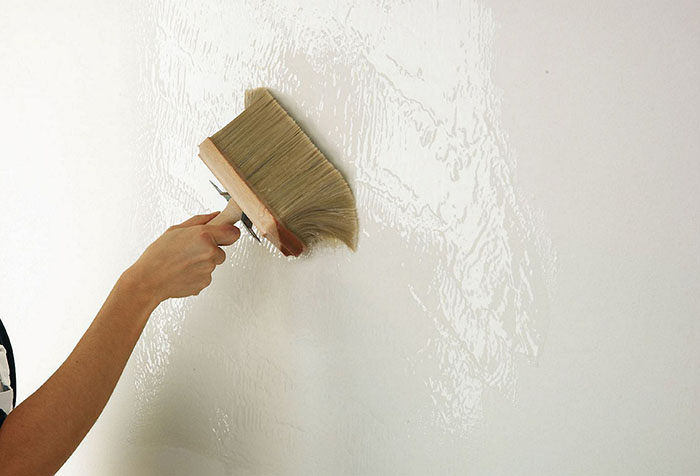 Свежая грунтовка на стене