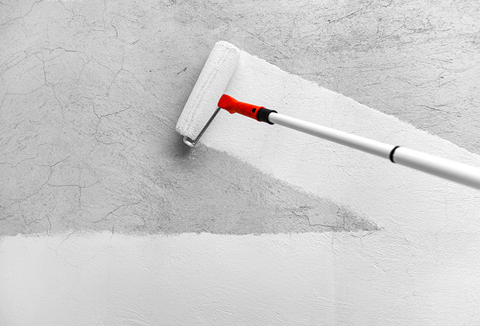 Грунтовка стены с помощью валика