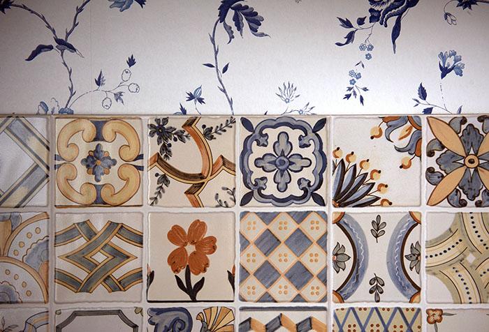 Сочетание обоев в стиле прованс с глазурованной плиткой