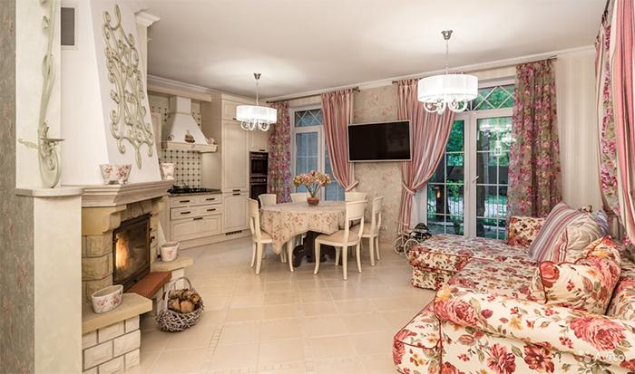 Обои и плитка в оформлении интерьера кухни-гостиной в стиле прованс