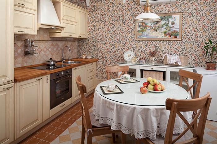 Обои с ярким активным узором для кухни в стиле прованс