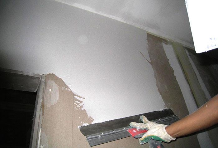 Процесс шпаклевания стен под обои