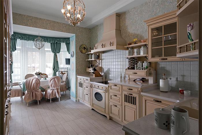 Обои с акварельным узором в пастельных тонах для кухни в стиле прованс