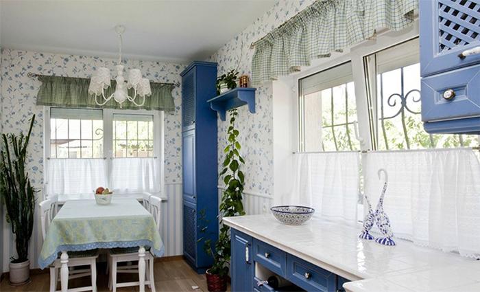 Обои в традиционных сине-белых тонах для кухни в стиле прованс