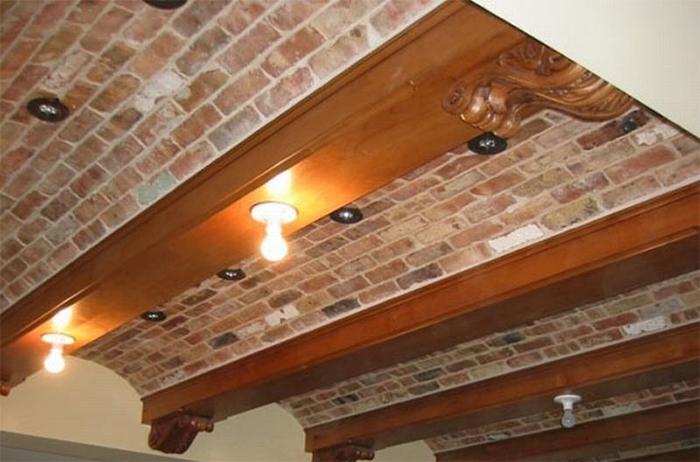Виниловые обои имитирующие кирпичную кладку для декорирования потолка