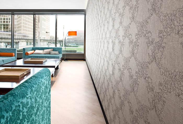 Бесшовные текстильные обои в просторной гостиной
