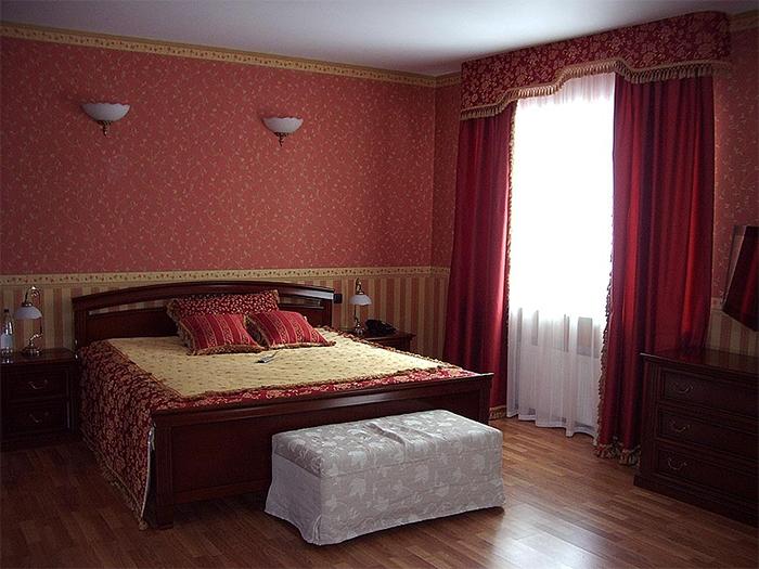 Два уровня оклейки бордюрами спальни
