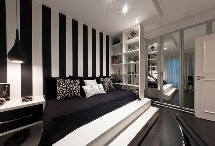 Обои в черно-белую полоску в спальне