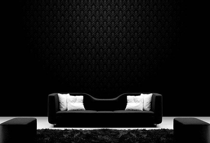Фрагмент интерьера в стиле гламур с черными обоями