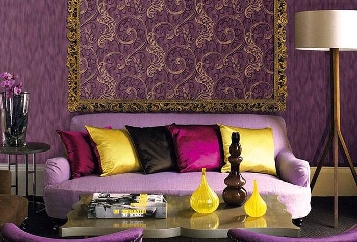 Сочетание фиолетовых стен с яркими предметами в гостиной