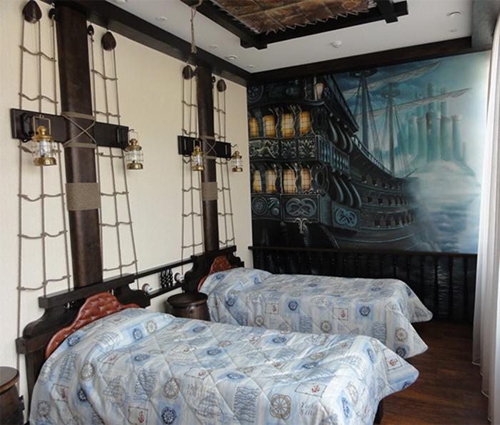 Пиратские корабли на фотообях в спальне