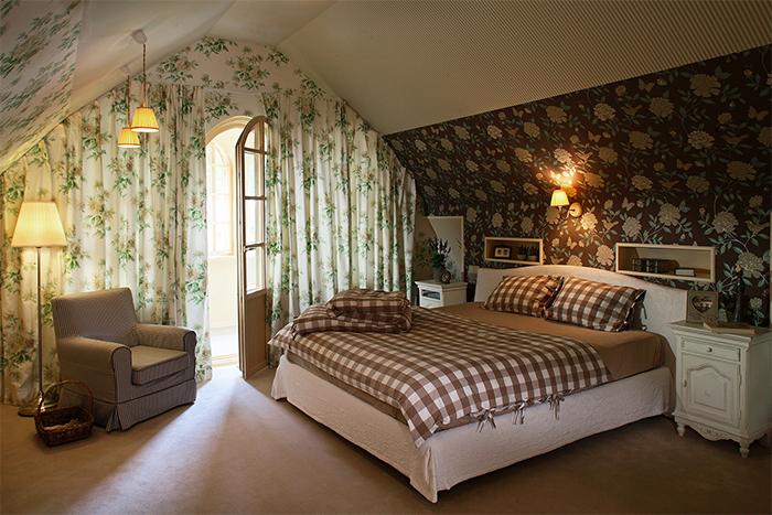 Комбинирование обоев для изменения визуального восприятия спальни