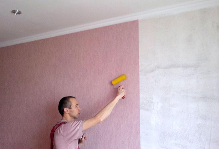 Оклейка стены розовыми обоями
