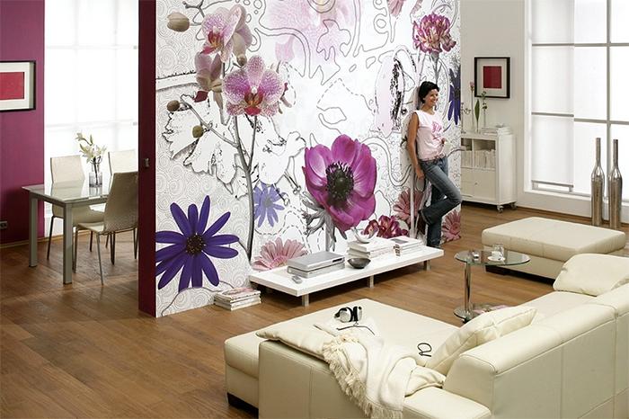Крупные цветы на обоях в гостиной
