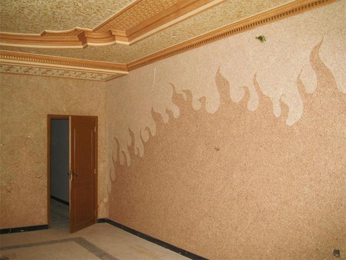 Жидкие обои разных оттенков бежевого на потолке и стенах гостиной