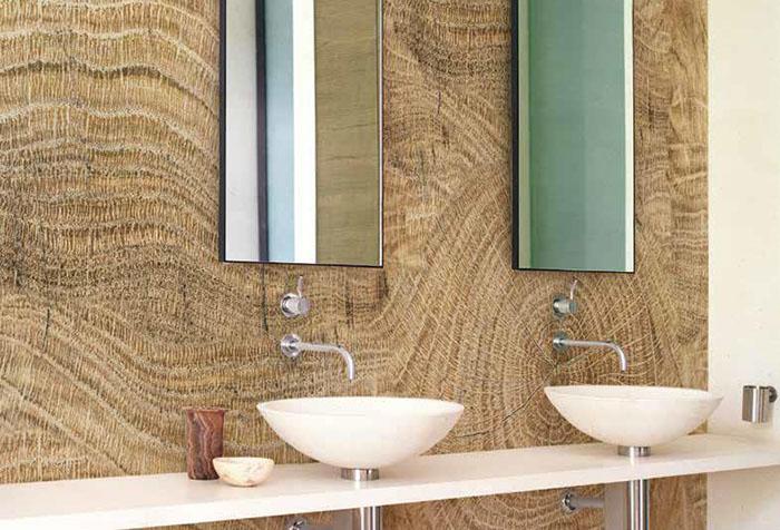 Обои с древесной текстурой в ванной