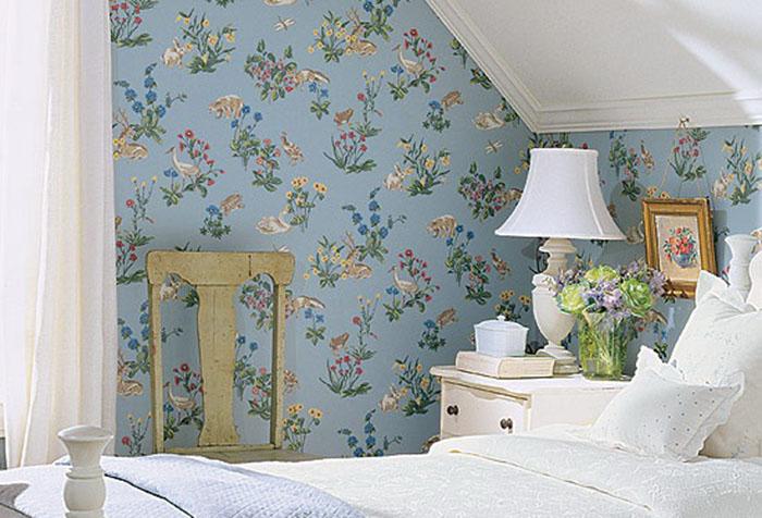Обои с цветами и птицами в спальне