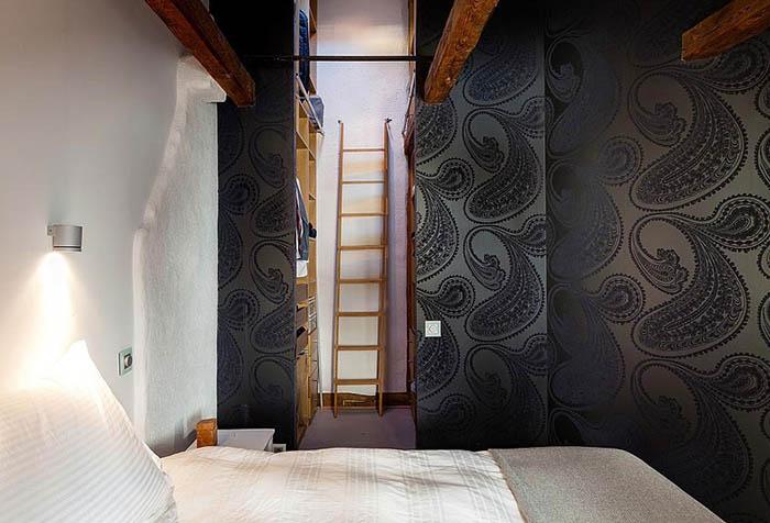 черные обои с шелкографией в спальне