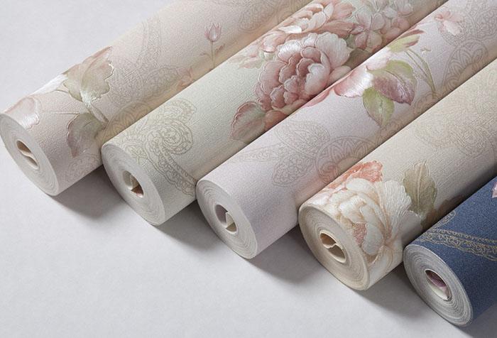 Рулоны обоев с цветочным рисунком