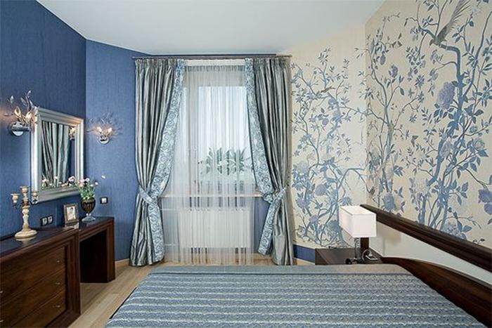 Комбинирование однотонных и обоев с рисунком в спальне