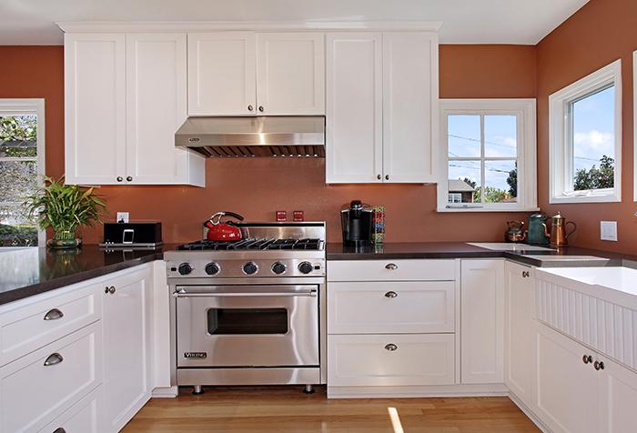 Однотонные коричневые стены в кухне
