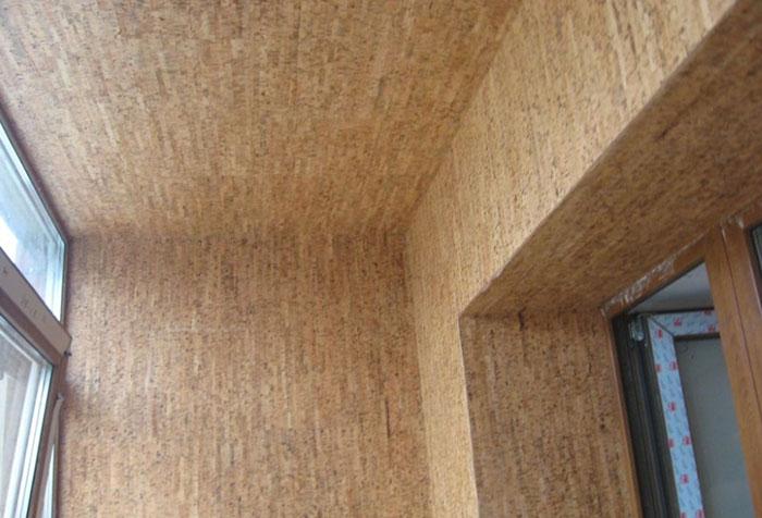 Пробковые обои на стенах и потолке