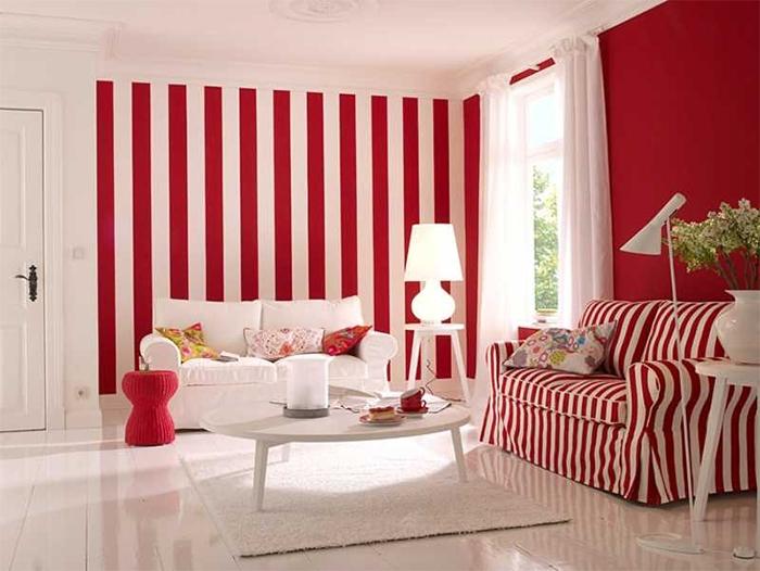 Сочетание обоев и обивки мебели в гостиной