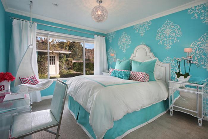 Бирюзовые обои с белым рисунком в спальне