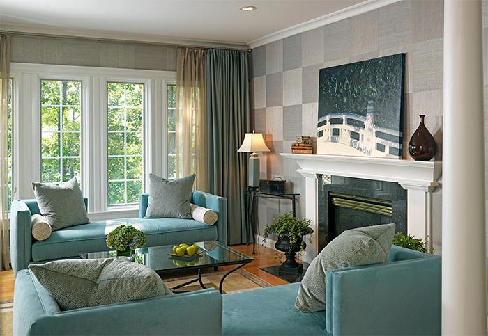 Серые обои и яркая мебель в интерьере гостиной