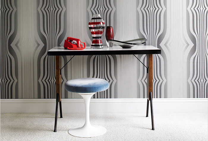 Мебель в стиле ретро на фоне серых дизайнерских обоев