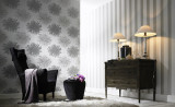 Стильная мебель на фоне серых дизайнерских обоев