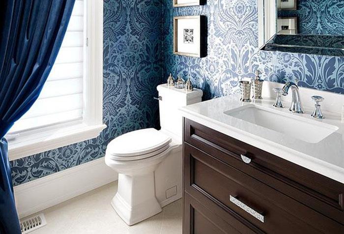 Обои в синих тонах в ванной