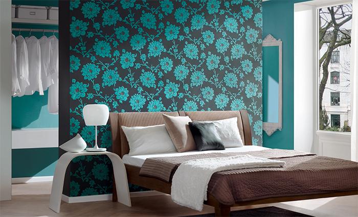 Абстрактные цветы на обоях в спальне