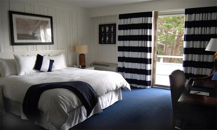 Спальня в морском стиле с обоями под доски