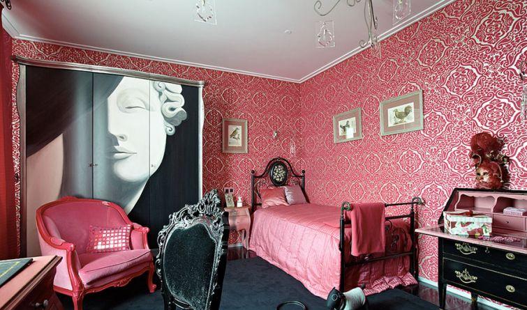 Спальня с розовыми обоями в стиле ар-деко