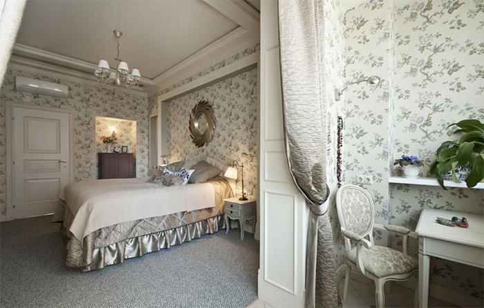 Спальня с обоями в стиле прованс и балкон
