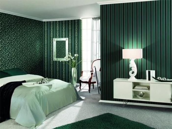 Зеленые обои разных фактур в интерьере спальни