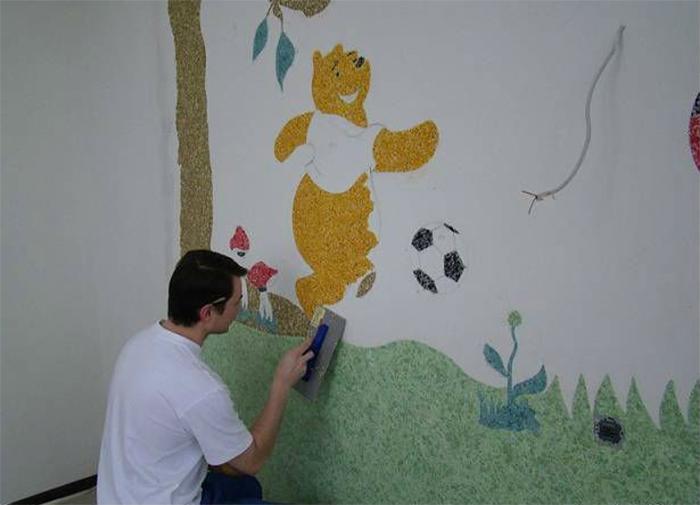 Процесс нанесения жидких обоев по рисунку на стенах