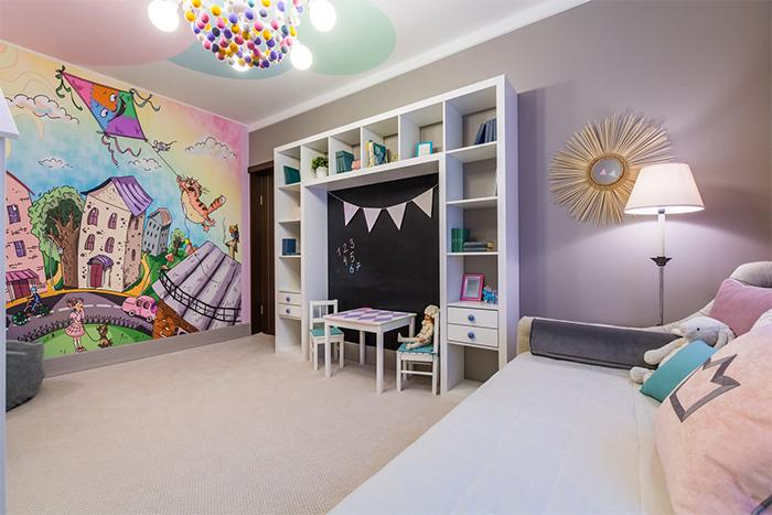 Одна монохромная стена в детской комнате