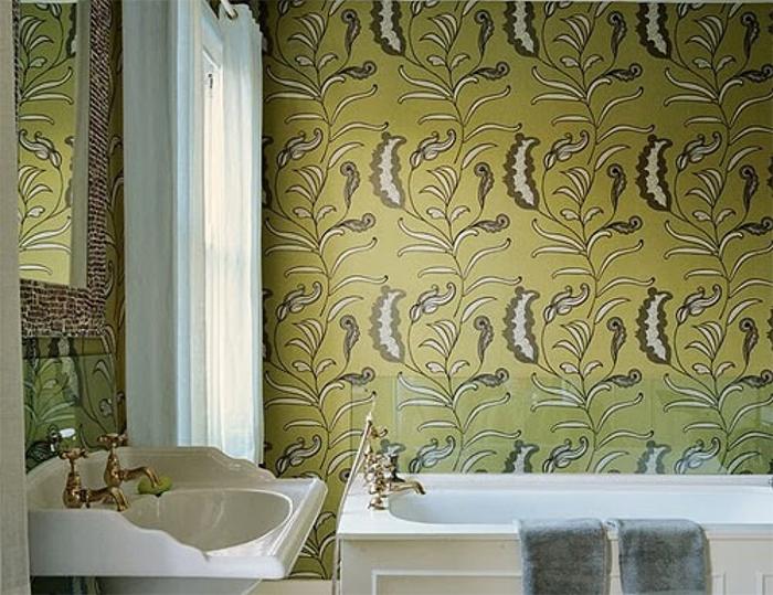 Обои оливкового цвета в ванной комнате