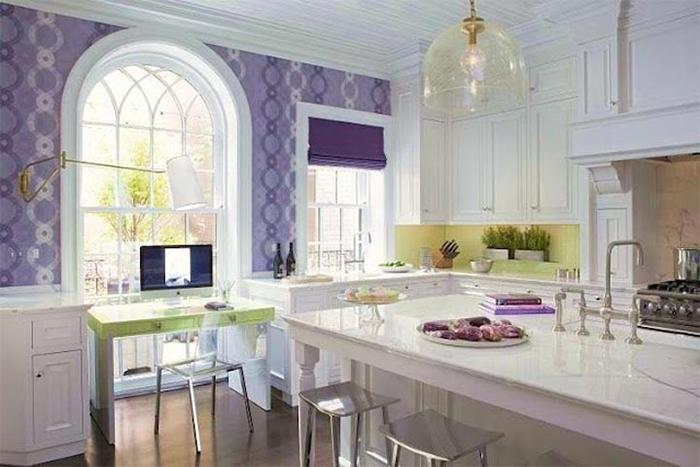 Сиреневые обои в современной кухне
