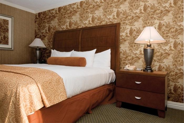 Комбинированные обои в спальне в одной цветовой гамме