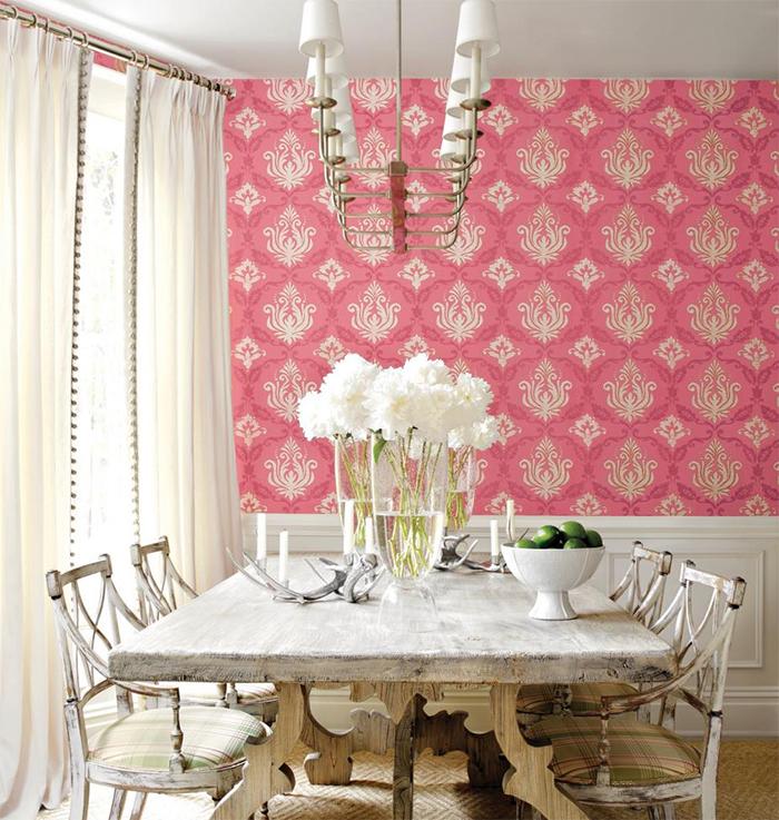 Розовые обои в столовой
