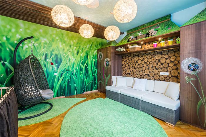 Эко-стиль интерьера с обоями зеленого цвета