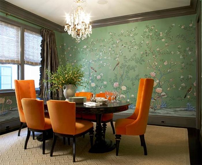 Зеленые обои и оранжевая обивка мебели