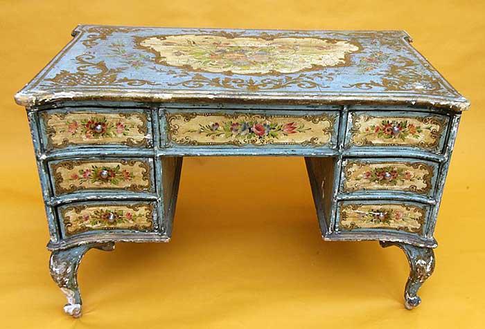 Письменный стол, декорированный в технике декупажа