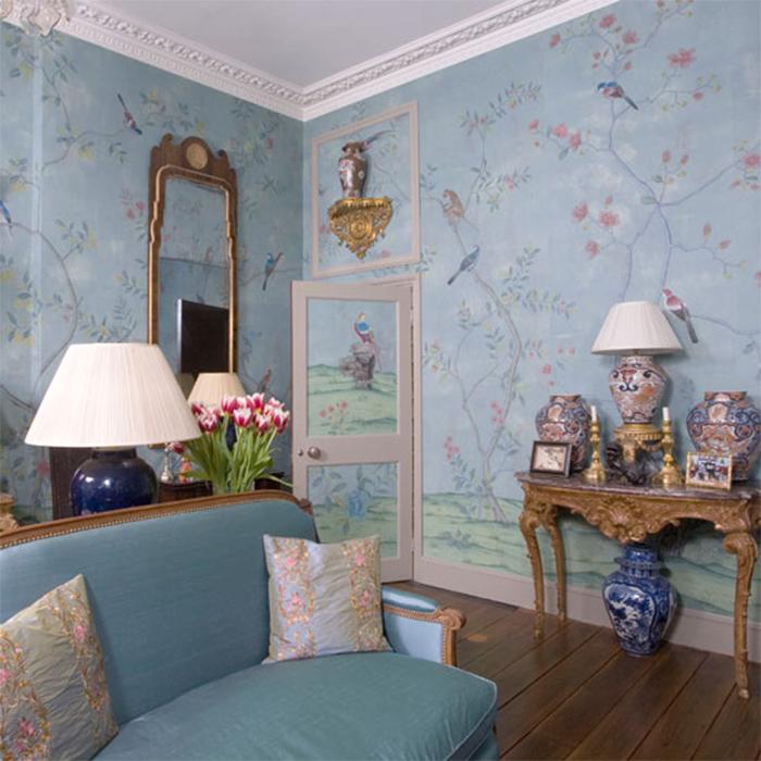 Голубая комната с обоями с изображением птиц и цветов