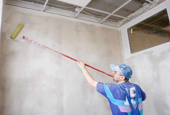 Подготовка поверхности стены с помощью клея