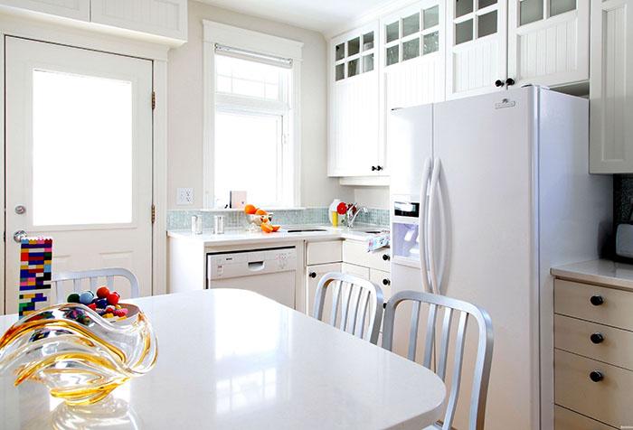 Белые обои на кухне