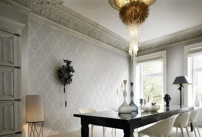 Стильная мебель в гостиной с белыми обоями